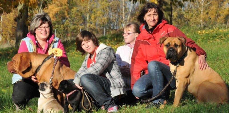 """<p class=""""artikelinhalt"""">Freuen sich auf die Hundeschau am Sonntag in Reinsberg: Silke Dittrich, Laura Franz, Rieke Heilmann und Manuela Heilmann, die Vorsitzende des Vereins """"Deutschen Molosser Club"""" (von links). </p>"""