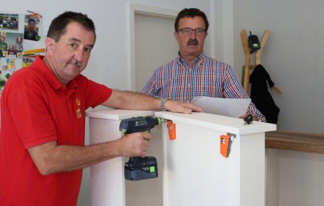 30 Jahre später: Diesmal installieren Jürgen Preis (links) und Konrad Fenzl einen neuen Empfangstresen für eine Ergotherapie-Praxis in der Mittelstadt von Johanngeorgenstadt.