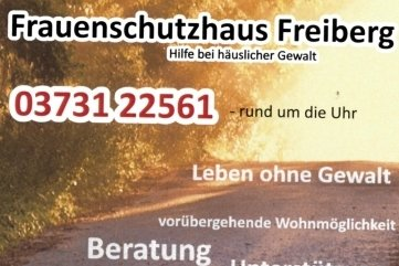 Plakate weisen auf Hilfsangebote hin.