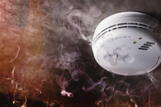 Noch bevor ein Feuer ausbricht, soll ein Rauchwarnmelder lautstark auf die Gefahr aufmerksam machen.