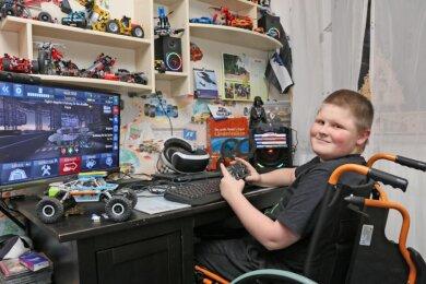 """Nico Klötzer spielt wie viele andere 13-Jährige gern am Computer. Dank der Spenden der Leser der """"Freien Presse"""" wird der Alltag für ihn und seine Familie demnächst einfacher."""