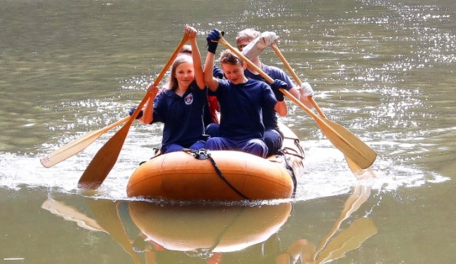 Eine gemischte Mannschaft der Jugendfeuerwehren aus Crimmitschau und Mannichswalde löste die Aufgabe mit dem Schlauchboot-Paddeln.