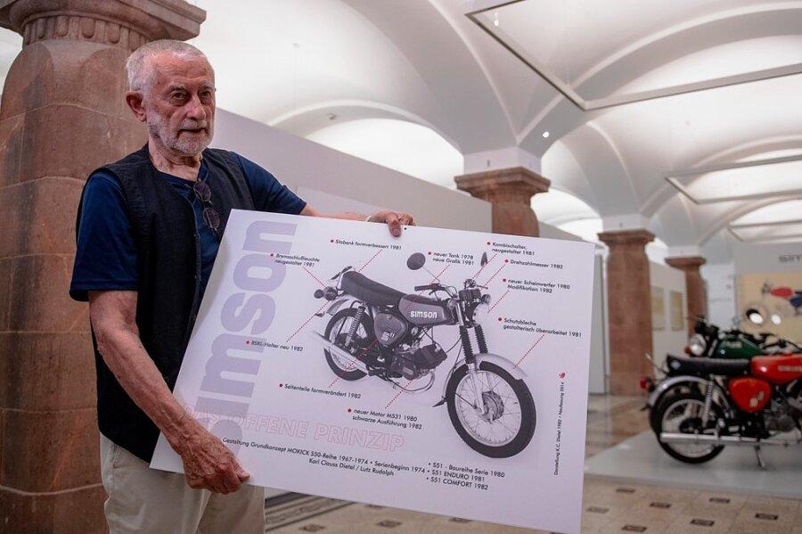 Formgestalter Karl Clauss Dietel mit einem Schaubild seines Simson S 51. Das Mokick ist Teil seines Lebenswerk-Archivs, dass die Städtischen Kunstsammlungen Chemnitz 2019 gekauft haben und nun ausstellen.