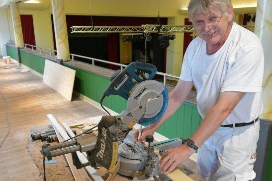 Maler Hans-Jürgen John hat im Freiberger Tivoli die Wände auf der Empore gestrichen und Renovierungsarbeiten durchgeführt.