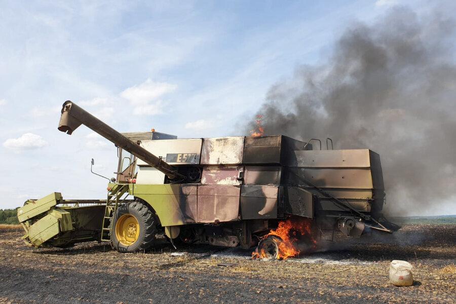 Erntemaschine brennt auf Feld bei Euba