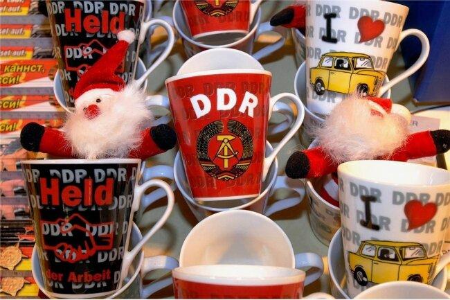 """Der Titel """"Held der Arbeit"""" aus der DDR findet sich heute unter anderem als Gag auf Tassen wieder."""