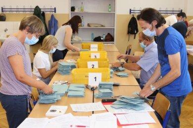 Stimmauszählung in der Zwickauer Pestalozzischule. Am Ende gab es die meisten Erststimmen für Matthias Moosdorf.