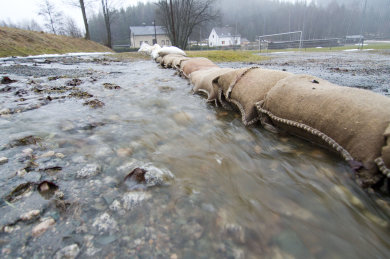 Der Dauerregen hat die Wasserstände der Flüsse im oberen Vogtland deutlich ansteigen lassen.
