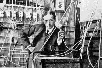 Schwere Elektroklänge: Erfinder Thaddeus Cahill mit der Riesenspule eines Tongenerators in seinem gigantischen Telharmonium.