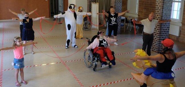 """Die Fitness- und Tanzinsel Marienberg hat beim Ferienprogramm """"Barrierefrei - der andere Blickwinkel"""" zu gemeinsamer Bewegung eingeladen. Das Besondere: Hier tanzen auch Rollstuhlfahrer."""