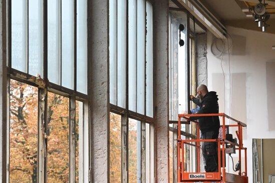 Charakteristisch für den riesenhaften Bau sind hohe Fensterfronten. Sie werden denkmalgerecht erneuert.