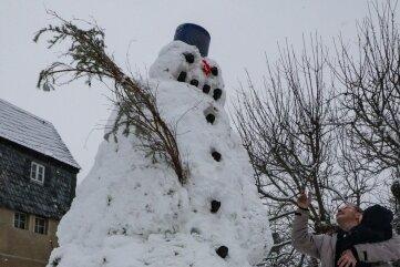 Seit 1967 baut Manfred Ranft aus Auerswalde in der Winterzeit einen Schneemann vor seinem Haus. Ein paar Jahre musste das mangels Schnee ausfallen. Doch nun ist wieder genügend gefallen.