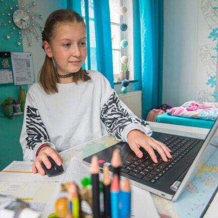 Lana-Alina Gerstner aus Dorfchemnitz erledigt ihre Schulaufgaben in der Homeschooling-Zeit zumeist in ihrem Zimmer, wo sie den Familien-Laptop nutzen kann.