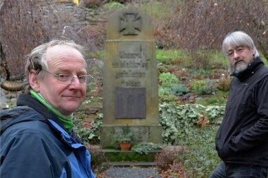 Die Stadträte Gunther Zschommler (l.) und Volker Scharf setzen sich für die Restaurierung des Großschirmaer Ehrenmahls für die Gefallenen der beiden Weltkriege ein.