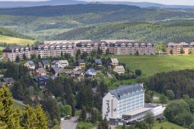 Blick auf den Sparingberg in Oberwiesenthal: Rechts hinten im Bild sind zwei der drei Punkthäuser zu sehen, die derzeit aufwenig modernisiert werden. Links daneben in einer Reihe die Wohnblöcke, die ebenfalls zu der Dresdner Unternehmensgruppe gehören und von ihr vermietet werden.