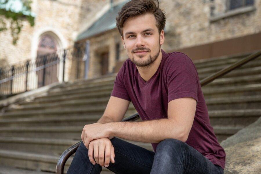 """Tim Taucher ist eines der neuen Gesichter im Ensemble des Eduard-von-Winterstein-Theaters. Erstmals zu erleben sein wird er in den vier Aufführungen des """"Jedermann"""" vor der Sankt Annenkirche."""