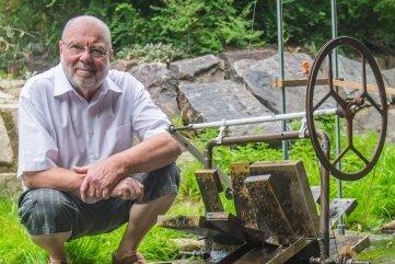 Jürgen Reinhold hat im Gablenzbach auf Höhe der Oberen Mühlenstraße 17 ein Wasserspiel installiert.