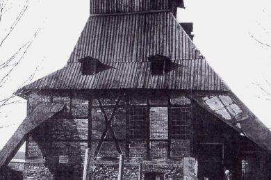 Den auf dem Foto sichtbaren hölzernen Seilscheibenstuhl erhielt der Florentin-Kästner-Schacht 1873. Er war bis zur Verfüllung des Schachtes im Jahr 1957 in Nutzung.