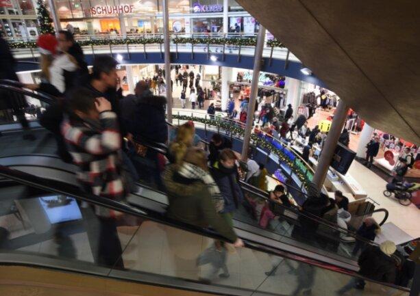 Verkaufsoffene Sonntage bescheren dem Einzelhandel oft volle Häuser, gerade in der Vorweihnachtszeit. Doch die Anforderungen der Gerichte an die erforderlichen Anlässe sind beträchtlich.