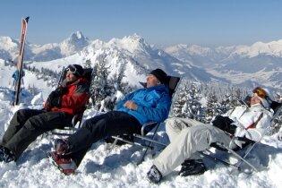 Luxus entspannen: Pause auf dem Saanerslochgrat mit Panoramablick.