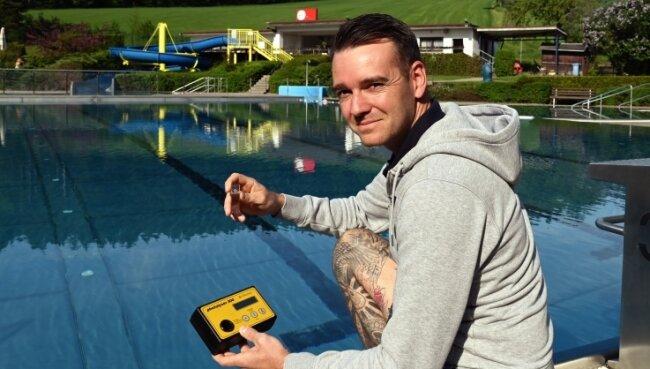 Marcel Kis, Leiter des Gornsdorfer Eigenbetriebs, entnimmt eine Wasserprobe. Ab dem morgigen Samstag ist das Bad wieder offen.