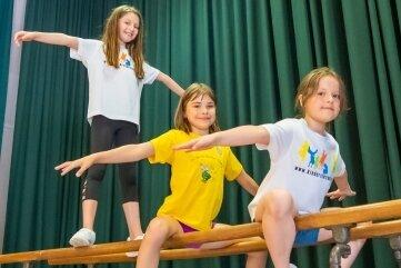Emily, Nele und Leni (v. vorn) probieren den Barren auf der Bühne aus.