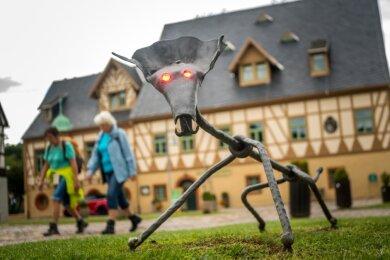 Ein beim Schmiedetreffen 2011 als Gemeinschaftsarbeit entstandener Hüttematths aus Eisen ist im Saigerhüttenareal Start- und Zielpunkt des Sagenwanderweges.