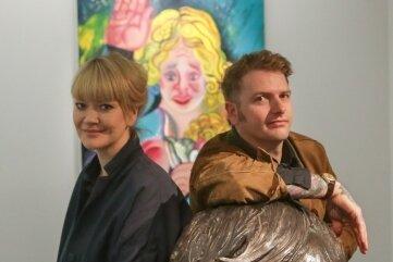 Kuratorin Karoline Schmidt und Künstler Sebastian Gögel mit zwei seiner Werke.