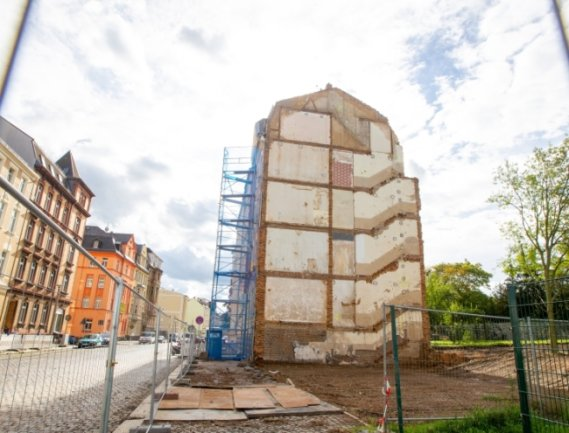 Das Haus an der Karolastraße 53 wurde jetzt abgerissen. Das Gebäude gehörte einer Privatperson in Kasachstan. Eine in Deutschland vorbereitete Vollmacht machte den Weg frei für einen Eigentümerwechsel zugunsten der Stadt.