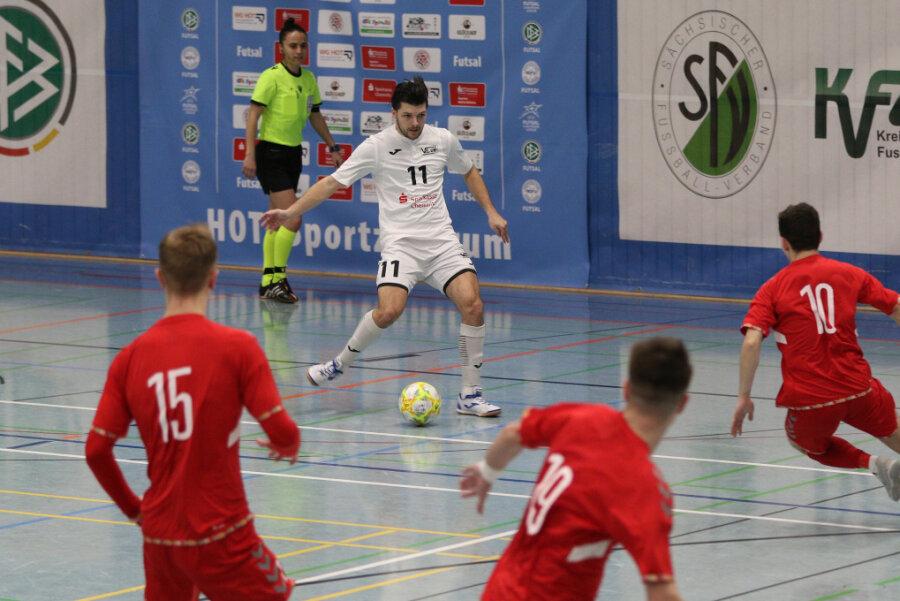 Auch Jakub Reznicek vom VfL 05 (Nr. 11) hatte gegen die abwehrstarken Litauer Mühe.