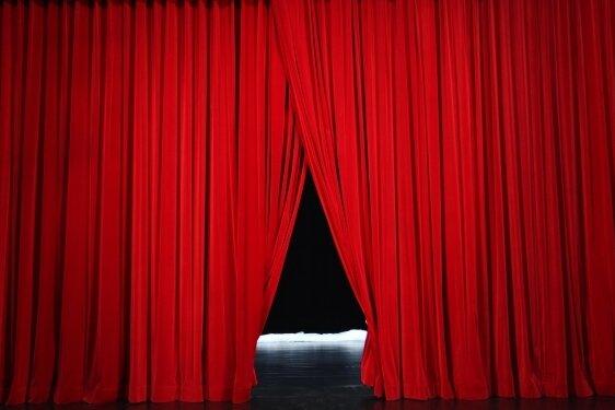 Der neue Vorhang aus Bühnenvelours Clivia 600.
