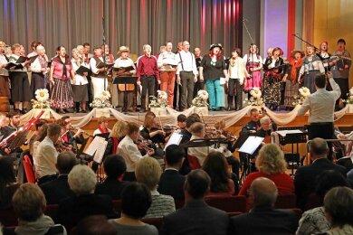 """Für das """"Lied des Zaren"""" wurde im Vorfeld des Konzerts in der Werdauer Stadthalle """"Pleißental"""" extra ein Projektchor gebildet."""