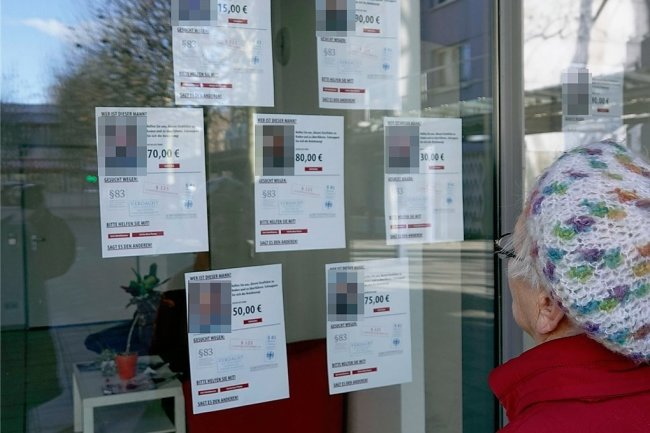 """Nicht nur im Internet präsentierte die Gruppe """"Zentrum für politische Schönheit"""" Steckbriefe teils namentlich unbekannter Demonstrationsteilnehmer, sondern auch an den Schaufenstern eines in einer Chemnitzer Fußgängerzone gemieteten Ladens (Fotos von """"Freie Presse"""" verpixelt)."""