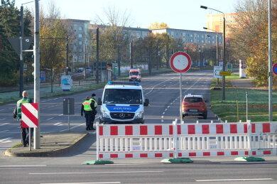 Der Sperrkreis rund um die Bombe ist von der Polizei abgeriegelt. Rein darf jetzt keiner mehr.