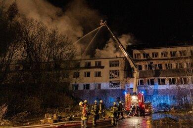 """Der hintere Teil des Dachstuhles des ehemaligen Hotels """"Glück Auf"""" stand im Vollbrand."""