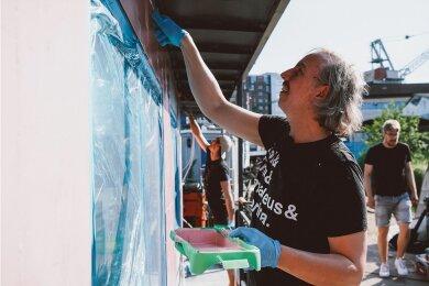 Boot in rosarot: Youtube-Heimwerker Fynn Kliemann (hinten) und Sänger Olli Schulz ringen dem rostigen Eisen von Gunter Gabriels ehemaliger Wohnstatt neuen Charme ab.