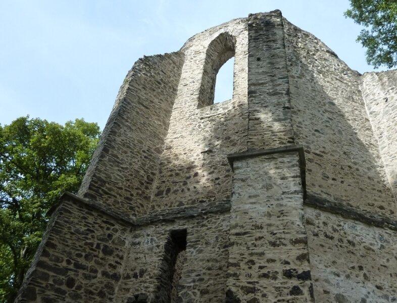 Die Burgstein-Ruine bei Krebes ist von Legenden umwoben.