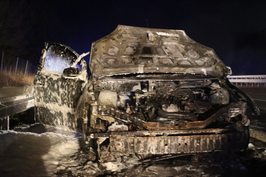 Einsatz auf der A4: Feuerwehr löscht brennendes Auto