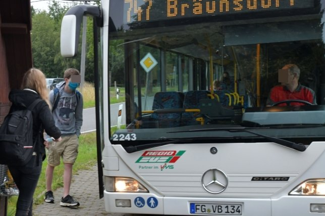 Mittelsachsens Fahrschüler - hier an der Buswendeschleife in Bräunsdorf - nutzen das Schülerticket. Schon vor Jahren gab es Vorschläge, die Elternbeiträge für die Schülerverbundkarte ganz abzuschaffen.