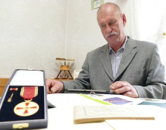 Per Computer schickt Sieghard Uhlich Angaben zum Entwicklungsstand der Pflanzen an den Deutschen Wetterdienst. Für sein Engagement erhielt er nun die Verdienstmedaille der Bundesrepublik Deutschland.