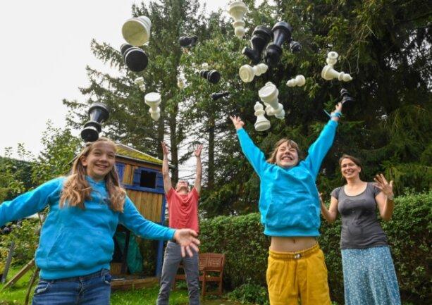 Dass Schach alles andere als langweilig ist, beweist diese Familie: Laura Czäczine, Vater Norman Thielsch, Paula Czäczine und Mutter Anne Czäczine haben großen Spaß mit den Figuren, die - der Test hat es bewiesen - sogar richtig gut fliegen können.