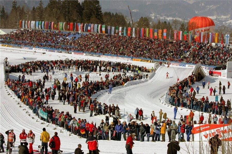 """Solch eine Kulisse wie bei der letzten WM in Oberstdorf 2005 wird es diesmal aufgrund des coronabedingten Zuschauer-Ausschlusses nicht geben. Ein bisschen soll die Aktion """"Papplikum"""" - Fans konnten sich für knapp 20 Euro virtuell Pappkarton-Abbilder für Sitzplätze kaufen - die Atmosphäre für den TV-Zuschauer retten."""