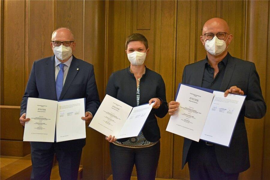 Sie bringen das Landeschorfest 2022 und die Sächsisch-Tschechischen Musikwelten nach Chemnitz: Oberbürgermeister Sven Schulze, Claudia Keibler-Willner und Torsten Tannenberg (von links).