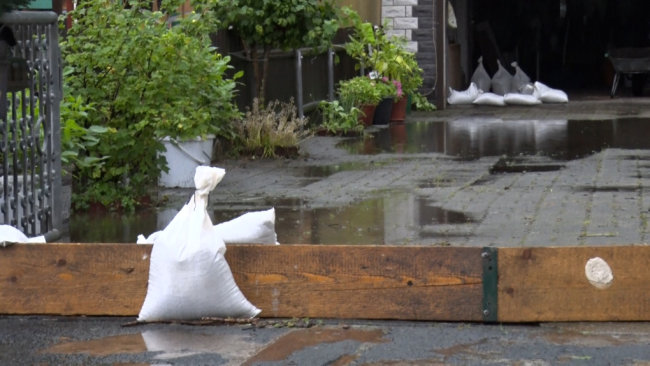 In Lichtenstein im Kreis Zwickau drohte der Bach über die Ufer zu laufen. Anwohner versuchen sich mit Sandsäcken zu schützen.