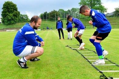 Beim SV Barkas läuft wieder der Trainingsbetrieb. Hier übt Felix Wiedrich auf der Jahnkampfbahn mit der D-Jugend.