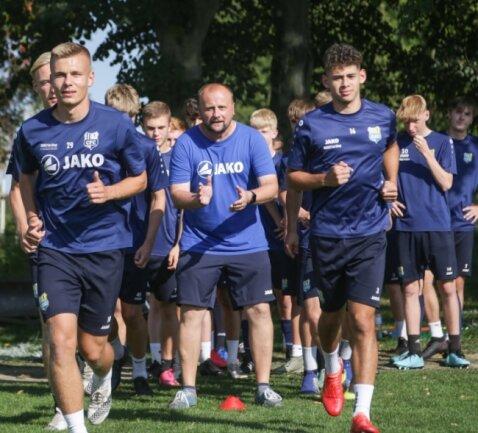 Sie sind heiß auf das Bundesliga-Topspiel: die B-Junioren des Chemnitzer FC, die von Torsten Wappler (Mitte) trainiert werden.