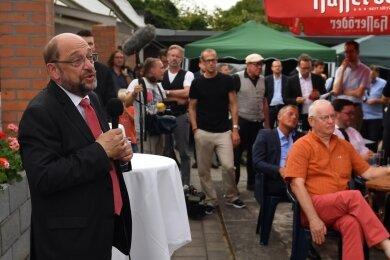 Martin Schulz demonstriert Bodenständigkeit. Kleingartenverein anstelle von Gipfelkonferenzen. Ein Besuch in Landsberg (Sachsen-Anhalt).