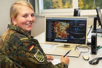 Hauptgefreite Amber Klein ist die einzige Frau im Team der Bundeswehr, das im mittelsächsischen Gesundheitsamt derzeit tätig ist. Voraussichtlich bis Ende November helfen Soldaten im Corona-Kontaktnachverfolgungsteam.