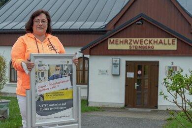 Annett Schott gehört zum kleinen Team der ehrenamtlichen Helfer, mit deren Unterstützung die Gemeinde Steinberg ihr Corona-Schnelltestzentrum in der Mehrzweckhalle Rothenkirchen betreiben kann. Foto: David Rötzschke