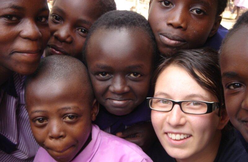 """<p class=""""artikelinhalt"""">Nadine Apel, umringt von ihren Schülern in Kenia. """"Ich war am richtigen Platz, als wäre es zuhause.""""  </p>"""